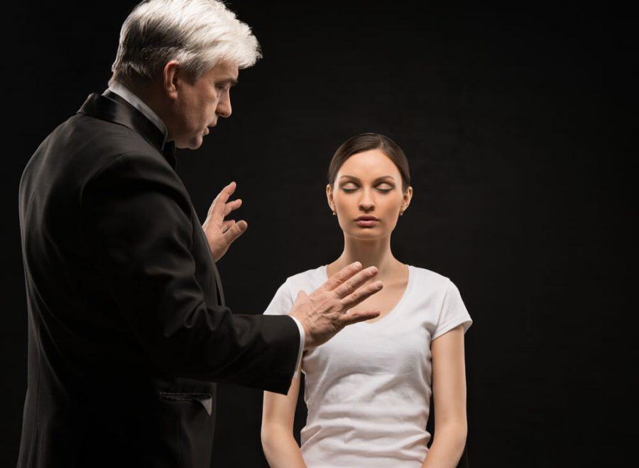 therapist using hypnosis